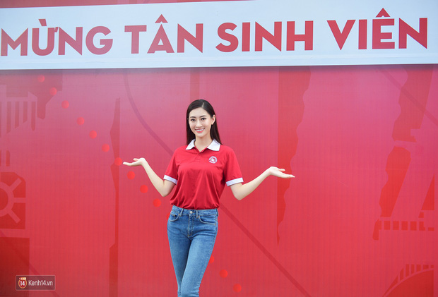 Hoa hậu Lương Thùy Linh đẹp xuất sắc trong ngày khai giảng Ngoại thương, khẳng định chưa có ý định Nam tiến để tập trung cho học tập - Ảnh 2.
