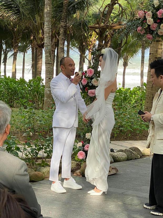 Tin hỉ mở màn Vbiz ngày đầu năm: Siêu mẫu Xuân Lan lên xe hoa ở tuổi 41, hé lộ bộ ảnh cưới lộng lẫy - Ảnh 3.
