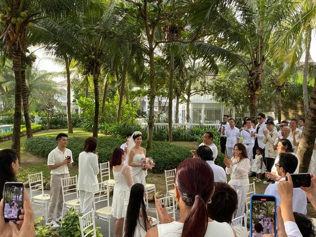 Tin hỉ mở màn Vbiz ngày đầu năm: Siêu mẫu Xuân Lan lên xe hoa ở tuổi 41, hé lộ bộ ảnh cưới lộng lẫy - Ảnh 1.