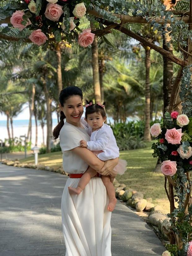 Hé lộ bên trong đám cưới đầu tiên Vbiz ngày 1/1: Trương Quỳnh Anh và hội bạn Hà Tăng đến dự, quẩy với cô dâu từ chiếu tới đêm - Ảnh 3.