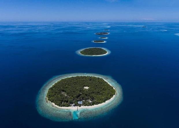 """Muốn biết bàn tay mẹ thiên nhiên kỳ diệu thế nào, cứ nhìn vào 5 hòn đảo """"nằm thẳng tắp thành 1 hàng"""" ở Maldives này sẽ rõ! - Ảnh 7."""