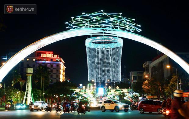 Người dân choáng ngợp trước vẻ đẹp rực rỡ của đường phố Cần Thơ ngày đầu năm 2020 - Ảnh 1.