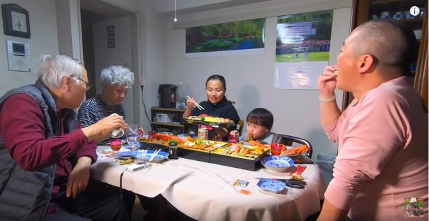 Hội ngộ đoàn viên bên gia đình chồng, Quỳnh Trần JP tiết lộ mâm cơm độc lạ không thể thiếu trong dịp năm mới của người Nhật - Ảnh 9.