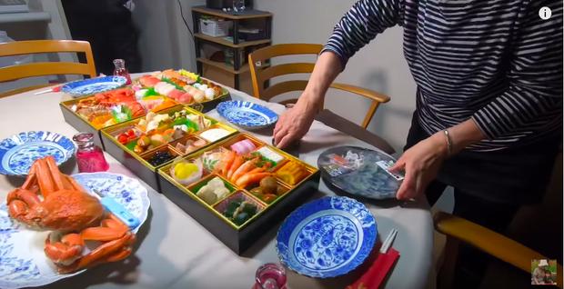 Hội ngộ đoàn viên bên gia đình chồng, Quỳnh Trần JP tiết lộ mâm cơm độc lạ không thể thiếu trong dịp năm mới của người Nhật - Ảnh 3.