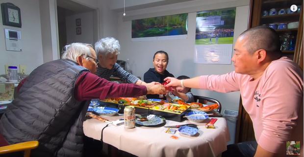 Hội ngộ đoàn viên bên gia đình chồng, Quỳnh Trần JP tiết lộ mâm cơm độc lạ không thể thiếu trong dịp năm mới của người Nhật - Ảnh 11.
