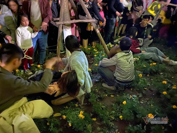 Chen nhau đón năm mới, thiếu nữ ngất xỉu bên vườn hoa Hà Nội - Ảnh 8.