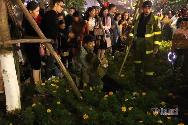 Chen nhau đón năm mới, thiếu nữ ngất xỉu bên vườn hoa Hà Nội - Ảnh 9.
