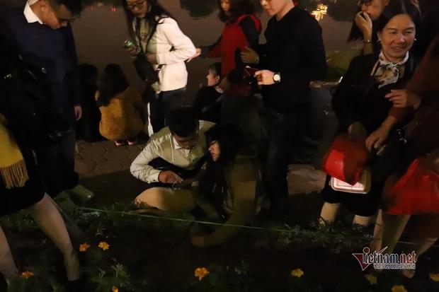 Chen nhau đón năm mới, thiếu nữ ngất xỉu bên vườn hoa Hà Nội - Ảnh 10.