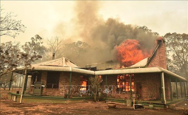 Australia triển khai chiến dịch tiếp cận hàng nghìn người bị mắc kẹt do cháy rừng  - Ảnh 1.
