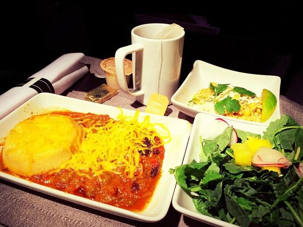 Nhìn phát thèm với suất ăn của các hãng bay trên thế giới, có hãng còn phục vụ cả tôm hùm hoành tráng như nhà hàng 5 sao - Ảnh 4.