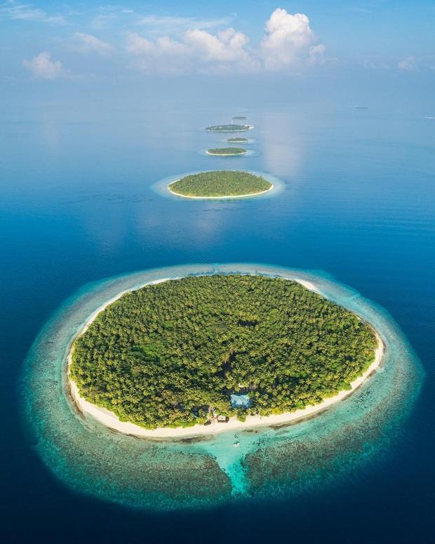 """Muốn biết bàn tay mẹ thiên nhiên kỳ diệu thế nào, cứ nhìn vào 5 hòn đảo """"nằm thẳng tắp thành 1 hàng"""" ở Maldives này sẽ rõ! - Ảnh 3."""