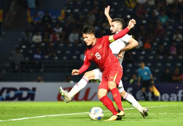 Cận cảnh Quang Hải bị cầu thủ U23 UAE đạp chân nguy hiểm từ phía sau, suýt gặp chấn thương nặng  - Ảnh 7.