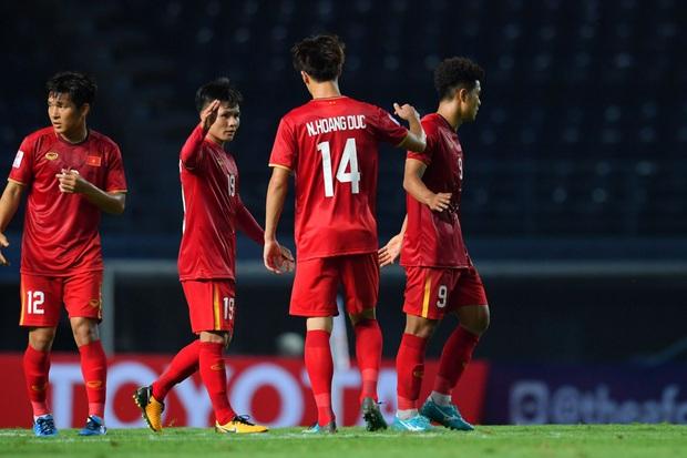 Cận cảnh Quang Hải bị cầu thủ U23 UAE đạp chân nguy hiểm từ phía sau, suýt gặp chấn thương nặng  - Ảnh 11.