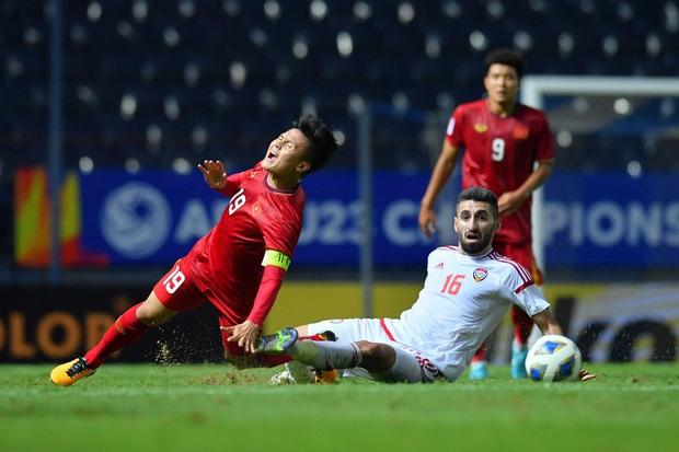 Cận cảnh Quang Hải bị cầu thủ U23 UAE đạp chân nguy hiểm từ phía sau, suýt gặp chấn thương nặng  - Ảnh 4.