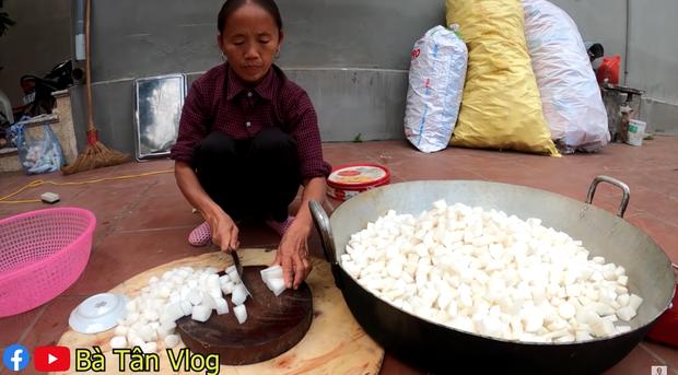 Đúng là chỉ có bà Tân Vlog: ăn kim chi củ cải bà làm thì phải ngồi xổm ăn sẽ càng ngon nhé các cháu! - Ảnh 2.
