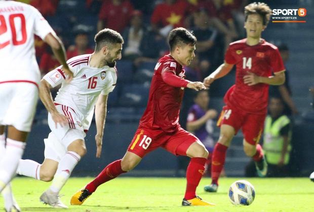 Cận cảnh Quang Hải bị cầu thủ U23 UAE đạp chân nguy hiểm từ phía sau, suýt gặp chấn thương nặng  - Ảnh 9.