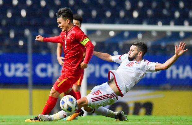 Cận cảnh Quang Hải bị cầu thủ U23 UAE đạp chân nguy hiểm từ phía sau, suýt gặp chấn thương nặng  - Ảnh 3.