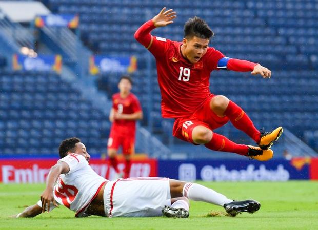 Cận cảnh Quang Hải bị cầu thủ U23 UAE đạp chân nguy hiểm từ phía sau, suýt gặp chấn thương nặng  - Ảnh 6.