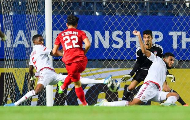 Cận cảnh Quang Hải bị cầu thủ U23 UAE đạp chân nguy hiểm từ phía sau, suýt gặp chấn thương nặng  - Ảnh 8.
