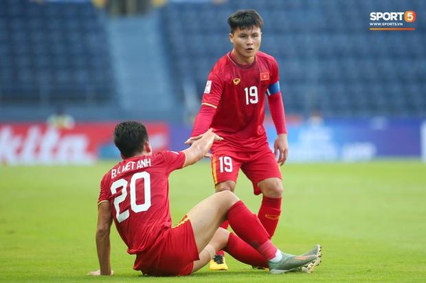 Cận cảnh Quang Hải bị cầu thủ U23 UAE đạp chân nguy hiểm từ phía sau, suýt gặp chấn thương nặng  - Ảnh 10.