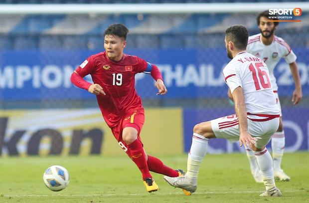 Cận cảnh Quang Hải bị cầu thủ U23 UAE đạp chân nguy hiểm từ phía sau, suýt gặp chấn thương nặng  - Ảnh 2.