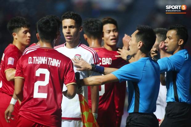 Cận cảnh Quang Hải bị cầu thủ U23 UAE đạp chân nguy hiểm từ phía sau, suýt gặp chấn thương nặng  - Ảnh 1.