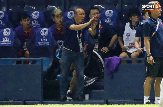 Khoảnh khắc hài hước: HLV Park Hang-seo cười xoà vì kiến nghị nhầm thời gian bù giờ với trọng tài - Ảnh 4.