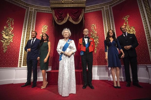 Sau tuyên bố gây sốc, tượng sáp của vợ chồng Hoàng tử Harry và Meghan Markle bị dời ra khỏi khu vực Hoàng gia - Ảnh 2.