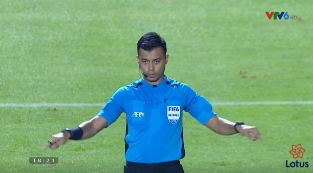 Góc lý giải: Vì sao cầu thủ U23 UAE để bóng chạm tay trong vòng cấm nhưng Việt Nam không có phạt đền? - Ảnh 2.