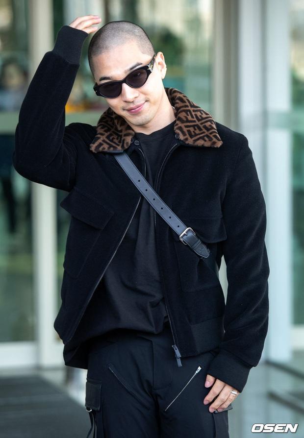Taeyang (BIGBANG) lần đầu lộ diện sau thời gian vắng bóng, gây bão với đầu trọc càng nhìn càng ngầu muốn xỉu - Ảnh 4.