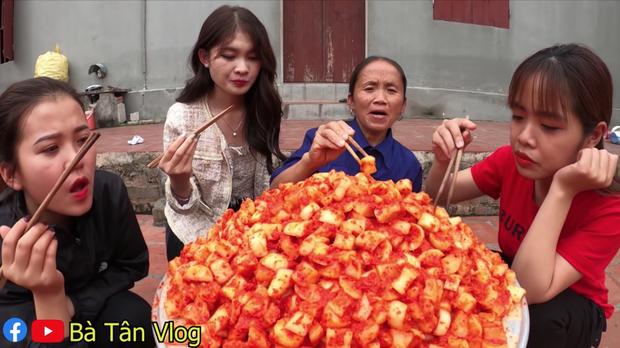 Đúng là chỉ có bà Tân Vlog: ăn kim chi củ cải bà làm thì phải ngồi xổm ăn sẽ càng ngon nhé các cháu! - Ảnh 7.