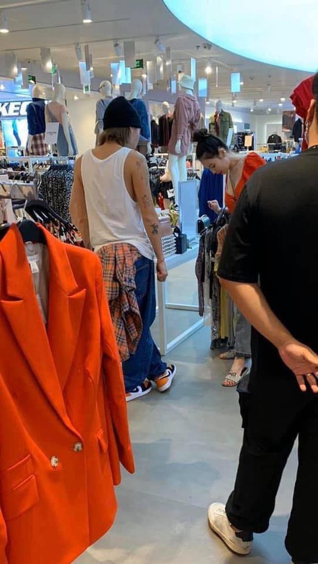 Lần đầu một cặp sao Hàn dắt nhau sang Việt Nam hẹn hò: Hyuna đến diễn show, Dawn hộ tống và còn công khai mua sắm ở TTTM - Ảnh 1.