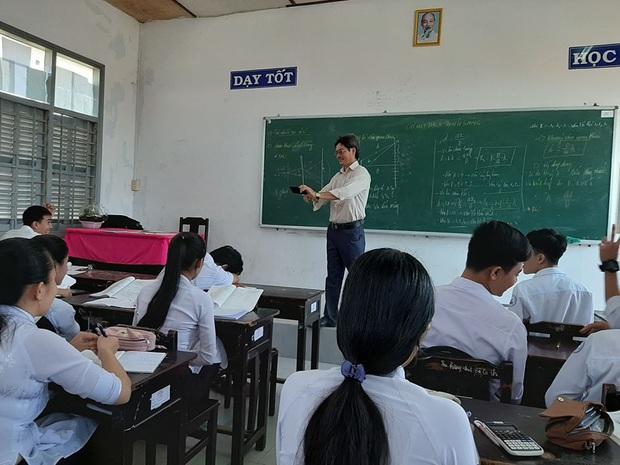 Thấy trò ngồi ngay bàn đầu nhưng dám ngủ gật trong lớp, thầy giáo nhẹ nhàng làm một hành động khiến học trò sợ xanh mặt không dám tái phạm - Ảnh 1.
