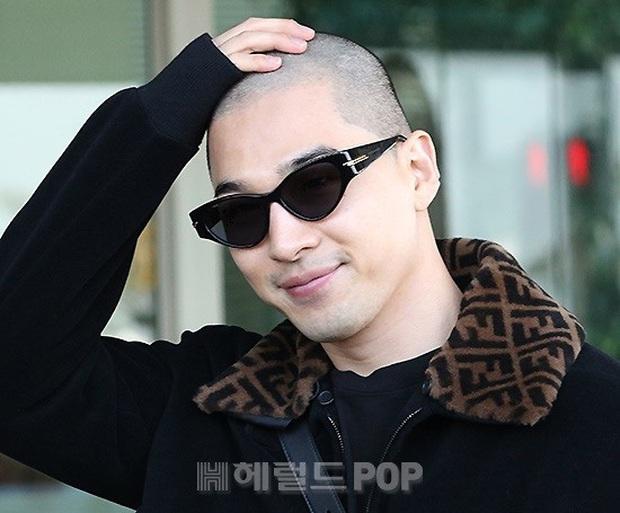 Taeyang (BIGBANG) lần đầu lộ diện sau thời gian vắng bóng, gây bão với đầu trọc càng nhìn càng ngầu muốn xỉu - Ảnh 7.