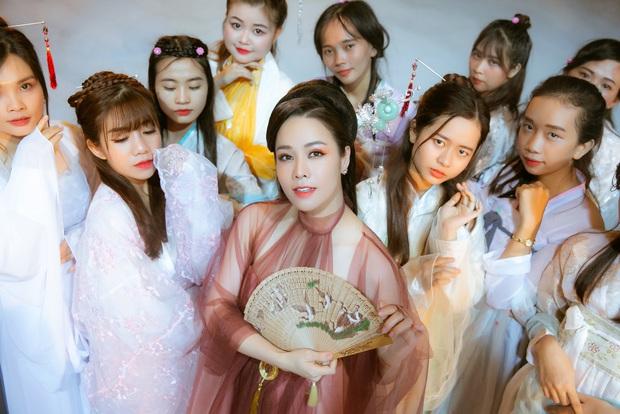Thị Bình Nhật Kim Anh của Tiếng Sét Trong Mưa mang tích 12 Bà Mụ và truyền thuyết Thạch Sùng vào MV mới, khoe vẻ đẹp mặn mà không tuổi - Ảnh 2.