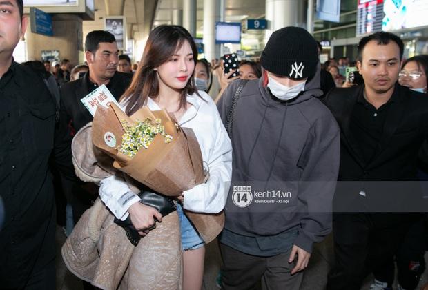 Nữ hoàng sexy HyunA gây sốt với làn da đời thực đẹp khó tin, xinh miễn chê bên Monsta X tại sân bay Tân Sơn Nhất - Ảnh 1.