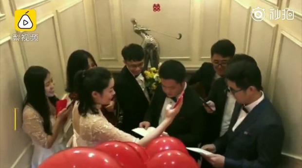 Trung Quốc: Chú rể phải thi đỗ bài kiểm tra tiếng Anh để được rước cô dâu về dinh - Ảnh 2.