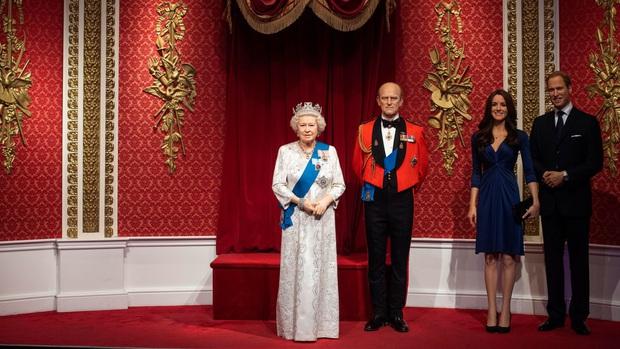 Sau tuyên bố gây sốc, tượng sáp của vợ chồng Hoàng tử Harry và Meghan Markle bị dời ra khỏi khu vực Hoàng gia - Ảnh 1.