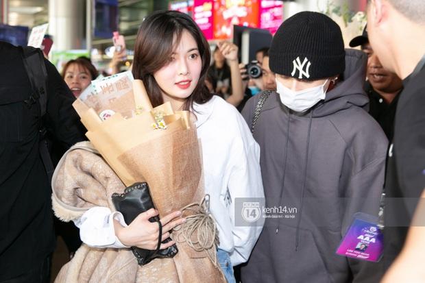 Nữ hoàng sexy HyunA gây sốt với làn da đời thực đẹp khó tin, xinh miễn chê bên Monsta X tại sân bay Tân Sơn Nhất - Ảnh 3.