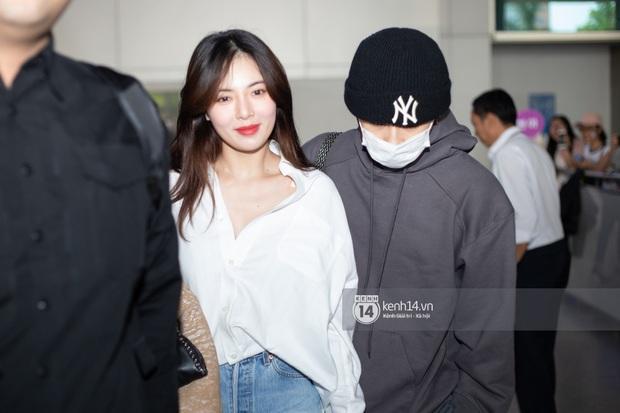 Nữ hoàng sexy HyunA gây sốt với làn da đời thực đẹp khó tin, xinh miễn chê bên Monsta X tại sân bay Tân Sơn Nhất - Ảnh 2.