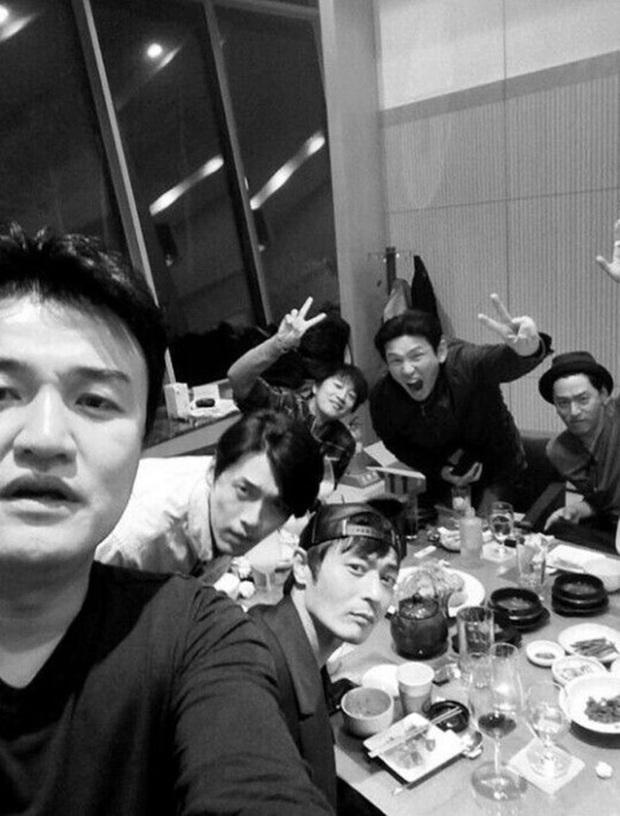 Giữa tin tức chấn động, hội bạn toàn tài tử hạng A của Jang Dong Gun, Joo Jin Mo và Hyun Bin bỗng bị réo gọi - Ảnh 1.