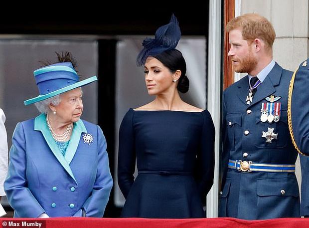 Hé lộ những bất công mà Nữ hoàng Anh phải chịu từ vợ chồng Meghan: Đích thân gọi điện hỏi thăm để rồi nhận lấy sự lạnh nhạt? - Ảnh 1.