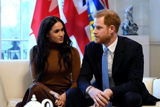 Hé lộ những bất công mà Nữ hoàng Anh phải chịu từ vợ chồng Meghan: Đích thân gọi điện hỏi thăm để rồi nhận lấy sự lạnh nhạt? - Ảnh 2.