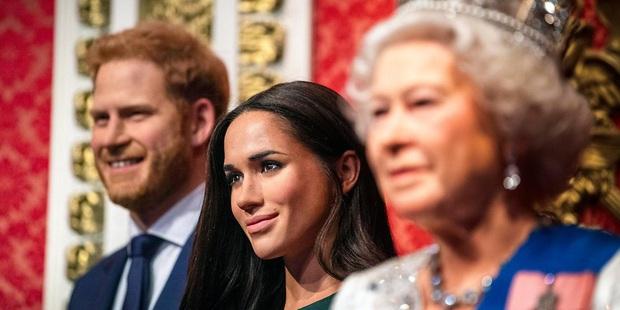 Hé lộ những bất công mà Nữ hoàng Anh phải chịu từ vợ chồng Meghan: Đích thân gọi điện hỏi thăm để rồi nhận lấy sự lạnh nhạt? - Ảnh 3.
