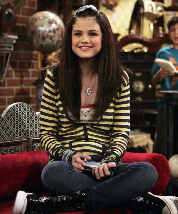 5 màn lột xác hậu dậy thì của loạt diễn viên đình đám: Ná thở với vẻ sexy của Selena, cậu bé karate ngày càng siêng cởi - Ảnh 3.