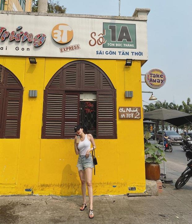 Hyuna được bắt gặp đang thả dáng và uống cà phê tại Sài Gòn, không quên chụp hình sống ảo - Ảnh 1.