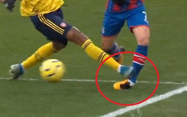 Tiền đạo hàng đầu Ngoại hạng Anh xoạc bóng rợn người, khiến cổ chân đối thủ biến dạng - Ảnh 2.