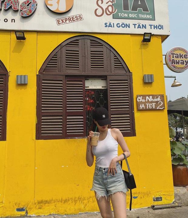 Hyuna được bắt gặp đang thả dáng và uống cà phê tại Sài Gòn, không quên chụp hình sống ảo - Ảnh 2.