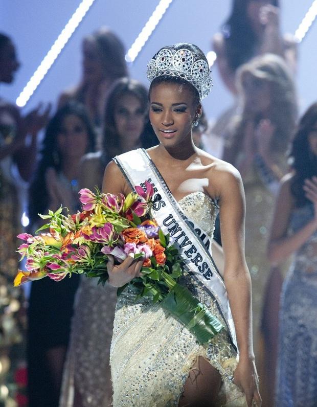 Cả chục nghìn người phát cuồng vì khoảnh khắc Hoa hậu Hoàn vũ 2011 đăng quang: Đúng là xứng danh búp bê Barbie thế giới! - Ảnh 3.