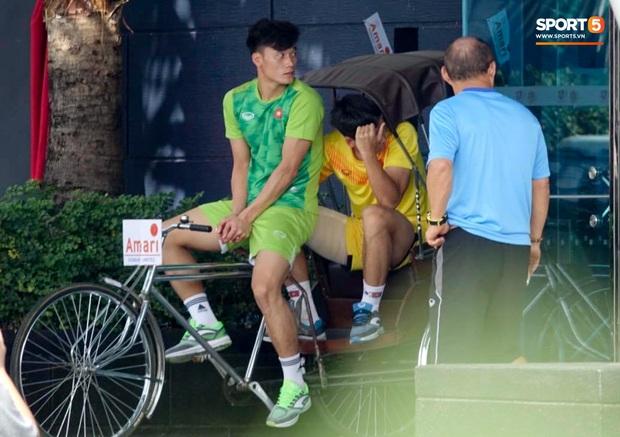 """Bùi Tiến Dũng đạp """"xích lô"""", cười thả ga cùng đàn em sau màn trở lại ấn tượng ở U23 Việt Nam - Ảnh 5."""